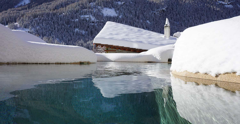 laghetto alpino innevato